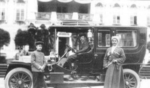 Одна из первых автошкол появилась в царской России. Год 1906