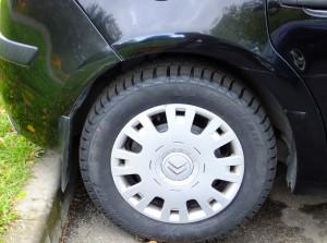 Снежинка на зимних шинах разрешает эксплуатацию покрышек в снег и грязь, а стрелки показывают основное направление вращения (вперед)