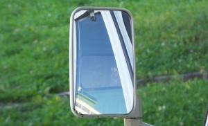 Для движения задним ходом можно пользоваться зеркалами заднего вида. Порой это единственный выход, когда обзор сзади полностью закрыт.