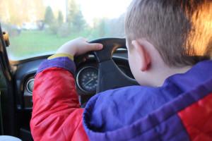 Для начала нужно прикрепить на стекла знак, который будет указывать едущим по дороге, что Вы новичок за рулем