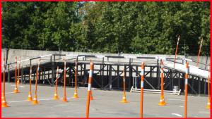 Места ремонта дорог обставлены сигнальными конусами, эти конусы присутствуют на парковках и стоянках, в автошколах и местах проведения гонок.