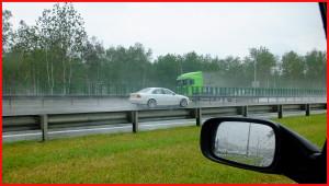 Вождение автомобиля на мокрой дороге требует от водителя выполнения ряда правил!