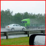 На мокрой дороге