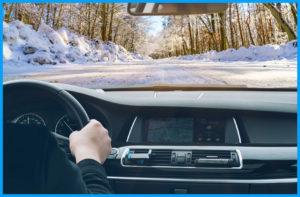 Мокрая и скользкая дорога влияет на управление автомобилем.