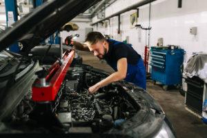 Есть автосервисы, которые располагаются рядом с гаражами. Не стоит их выбирать для ремонта своих авто.